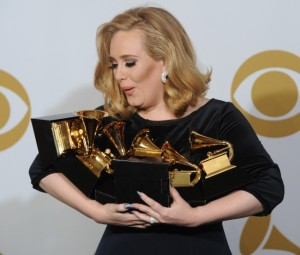Adele-lors-de-la-ceremonie-des-Grammy-Awards-a-Los-angeles-le-12-fevrier-2012_portrait_w674