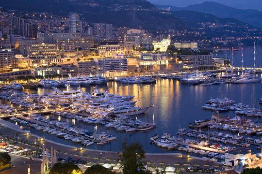 Yachten im Hafen Port Hercule von Monaco bei Nacht