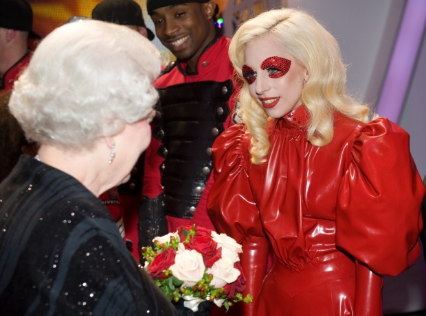 lady_gaga_fashion_moda_modaddiction_latex_quen_reina_inglaterra
