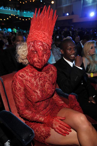 lady_gaga_fashion_moda_modaddiction_mtv_awards_red_dress_vestido_rojo_encaje