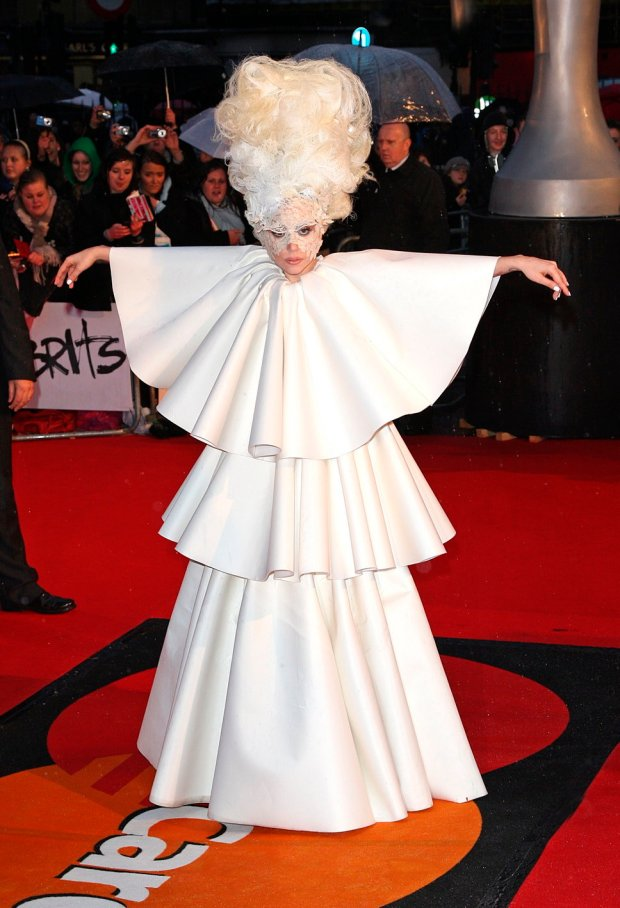 lady_gaga_fashion_moda_modaddiction_vestidos_capas_blanco_gets_stacked