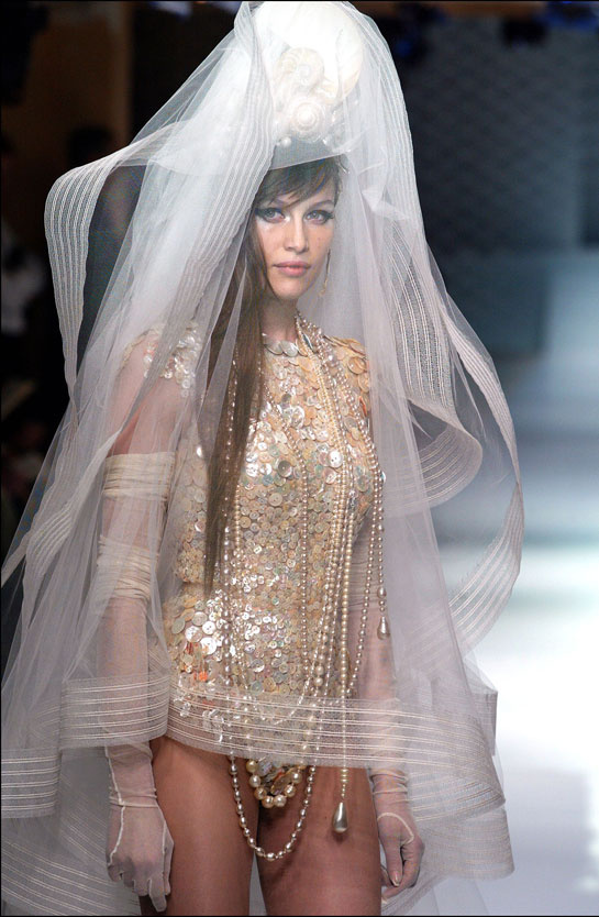 laetitia-casta-modaddiction-modelo-top-model-pasarela-catwalk-fashion-moda-people-jean-paul-gaultier-2003