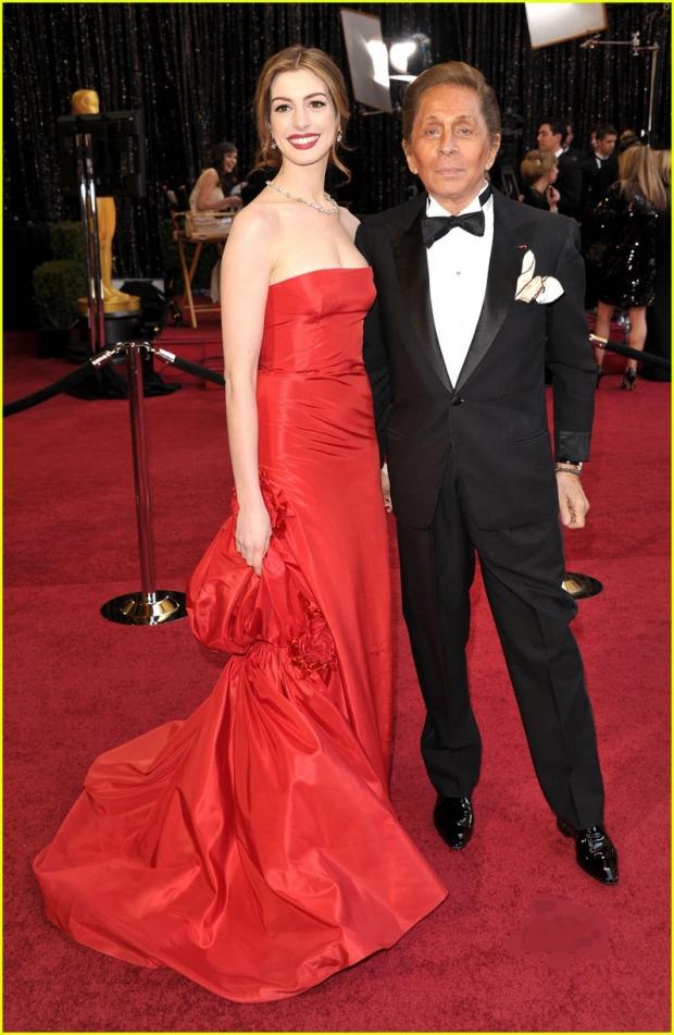 maison-luxe-modelos-leyenda-lujo-modaddiction-moda-fashion-lujo-trends-tendencias-valentino-rojo-red-anne-hathaway
