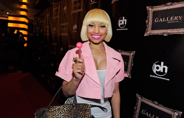 nicki-minaj-fashion-looks-strange-sexy-starships-modaddiction