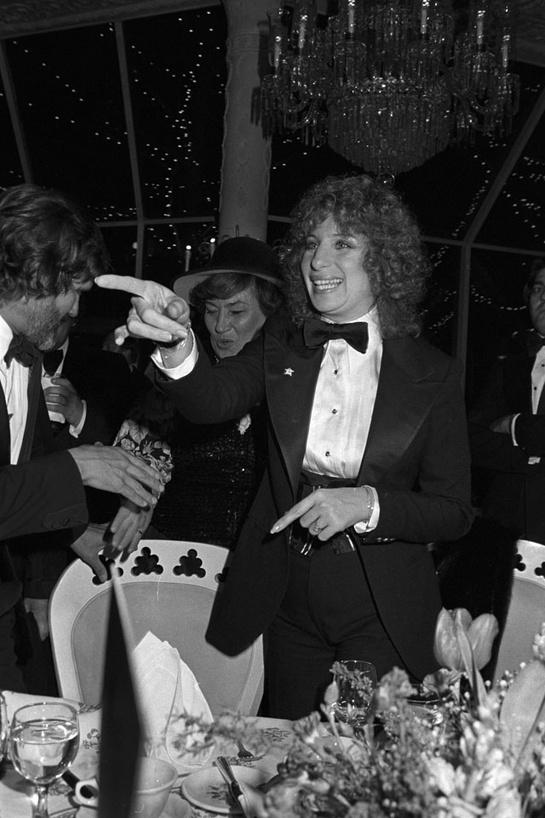 esmoquin-femenino-smoking-mujer-modaddiction-trends-tendencias-chic-glamour-moda-fashion-elegancia-barbara-streisand-1976