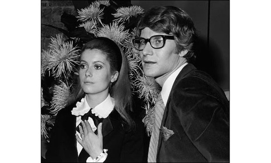 esmoquin-femenino-smoking-mujer-modaddiction-trends-tendencias-chic-glamour-moda-fashion-elegancia-catherine-deneuve-yves-saint-laurent-1966
