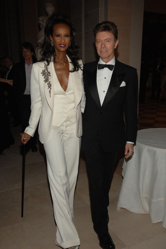esmoquin-femenino-smoking-mujer-modaddiction-trends-tendencias-chic-glamour-moda-fashion-elegancia-Iman-David-Bowie-2007