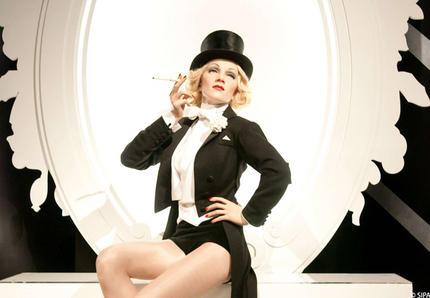 esmoquin-femenino-smoking-mujer-modaddiction-trends-tendencias-chic-glamour-moda-fashion-elegancia-marlene-dietrich-1954