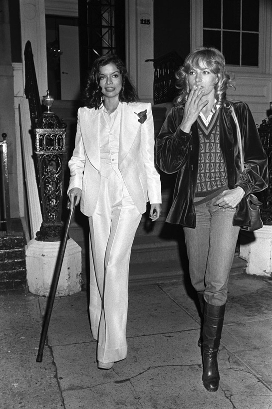 esmoquin-femenino-smoking-mujer-modaddiction-trends-tendencias-chic-glamour-moda-fashion-elegancia-nathalie-delon-bianca-jagger-1974