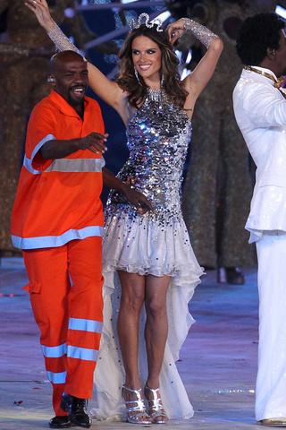 JJOO-londres-2012-ceremonia-clausura-sexy-Olympics-london-2012-closing-ceremony-sexy-modaddiction-fashion-moda-singer-cantante-modelos-models-Alessandra-Ambrosio