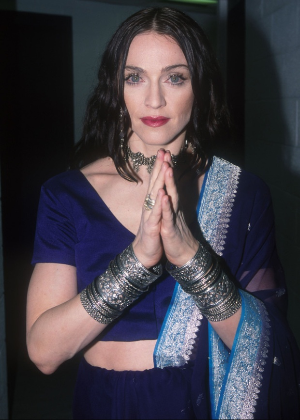 tendencia_la_india_bindi-style_trendy_madonna_fashion_culture_modaddiction