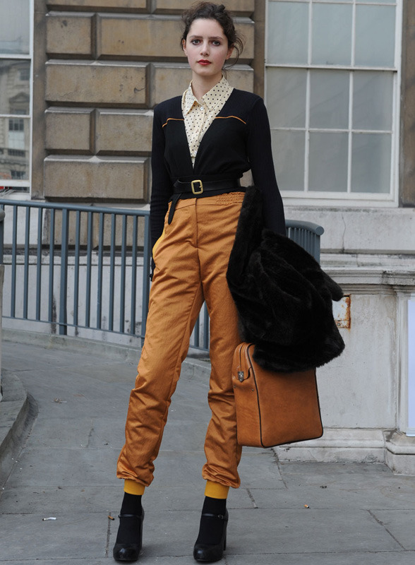 londres-moda-calle-london-street-style-modaddiction-street-look-fashion-week-moda-londres-london-trends-tendencias-mostaza