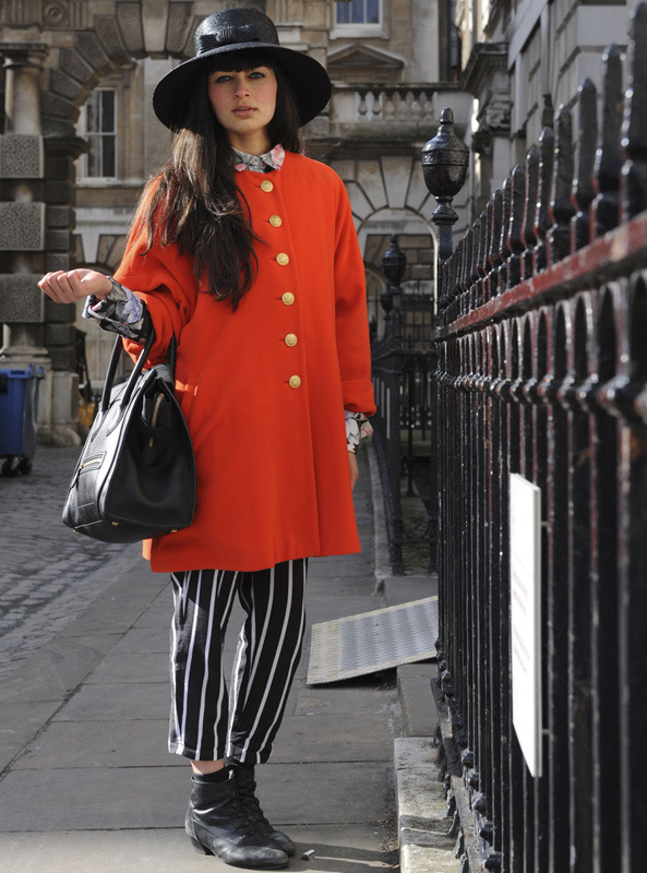 londres-moda-calle-london-street-style-modaddiction-street-look-fashion-week-moda-londres-london-trends-tendencias-rojo-rayas
