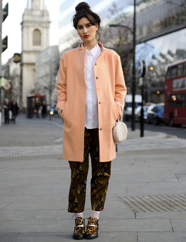 londres-moda-calle-london-street-style-modaddiction-street-look-fashion-week-moda-londres-london-trends-tendencias-salmon