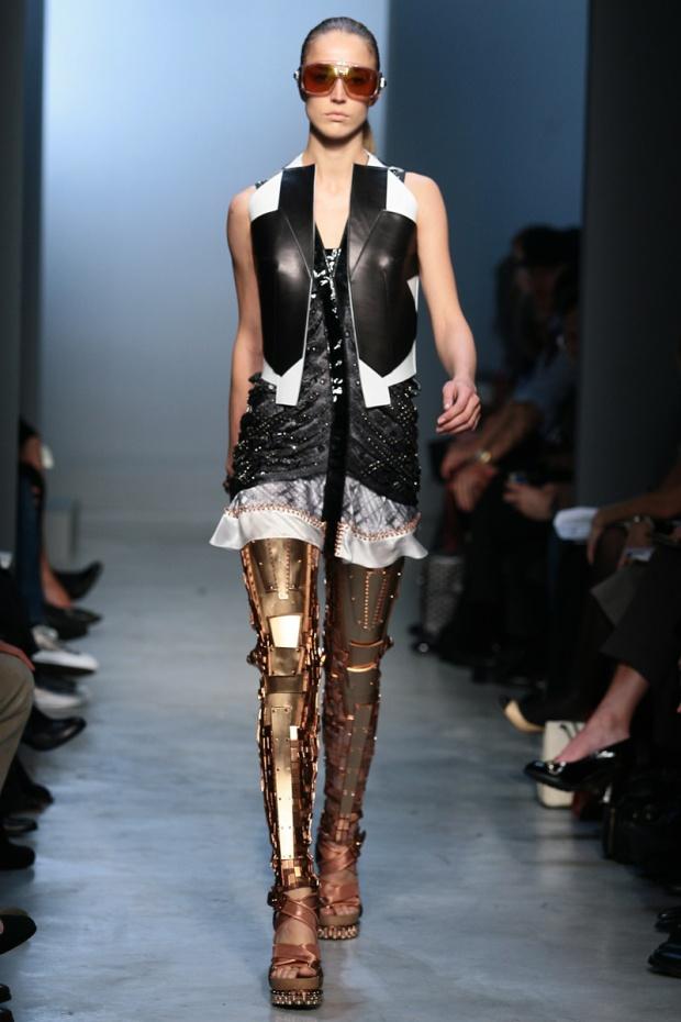 nicolas-ghesquiere-balenciaga-modaddiction-disenador-moda-designer-fashion-paris-pasarelas-musas-estilo-robot-2007