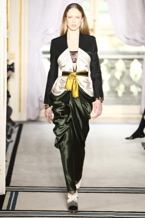 nicolas-ghesquiere-balenciaga-modaddiction-disenador-moda-designer-fashion-paris-pasarelas-musas-pantalon-harem-2009-2010