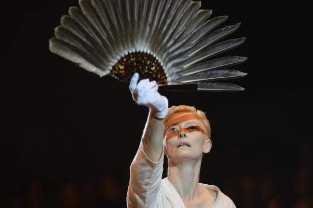 ano-2012-moda-fashion-tendencias-trends-modaddiction-momentos-moments-recuerdos-retrospective-2013-10-puntos-Olivier-Saillard-Tilda-Swinton-museo-galliera-desfile-runway-arte-art