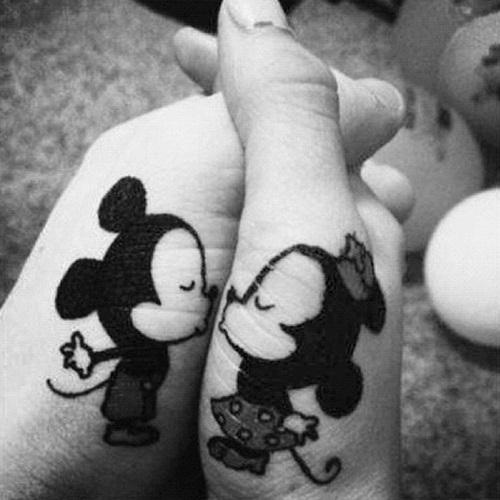 hipster-tattoo-tatuaje-hipster-tendencia-trends-modaddiction-estilo-look-moda-fashion-moderno-mujer-hombre-man-woman-walt-disney-mickey-minnie-2