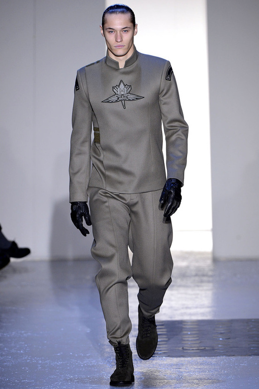 fashion-week-men-man-semana-moda-menswear-hombre-paris-modaddiction-otono-invierno-2013-2014-fall-winter-moda-fashion-trends-tendencias-desfile-catwalk-mugler-futurista