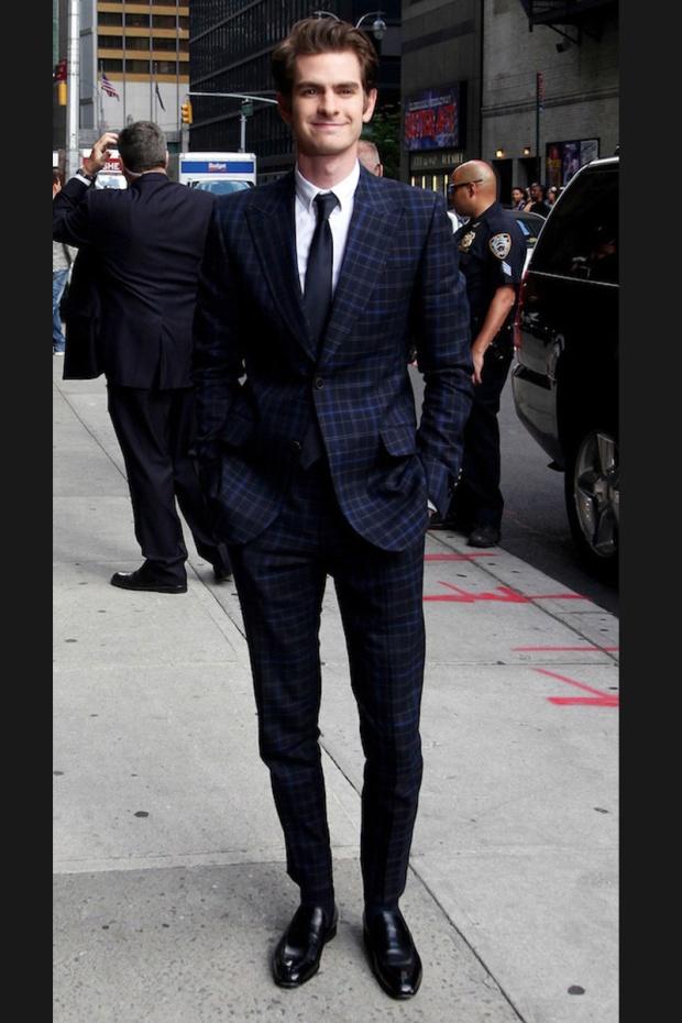 hombres- màs-elegantes-2012-gq-espana-man-best-dressed-2012-gq-spain-modaddiction-men-hombre-menswear-suit-smoking-esmoquin-chic-moda-fashion-hollywood-actor-andrew-gardfield