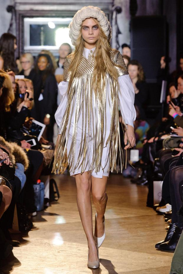 cara-delevingne-uk-englan-inglaterra-moda-fashion-modaddiction-model-modelo-fashion-week-moda-calle-it-girl-trends-tendencias-top-desfile-runway-revista-magazine-giles-londres