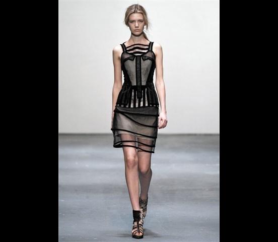 Christopher_Kane-designer-disenador-londres-london-versus-versace-modaddiction-estilo-look-style-moda-fashion-trends-tendencias-design-diseno-christopher-kane-FW-2009