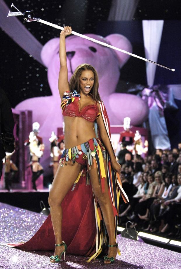 african-queen-numero-magazine-ondria-haring-polemica-white-model-black-blanca-modelo-negra-modaddiction-moda-fashion-desfile-runway-sociedad-tyra-banks