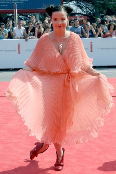 björk-estilo-stylelook-vanguardista-cantante-singer-music-musica-modaddiction-culture-cultura-fotografia-photography-diseno-design-moda-fashion-trends-tendencias-6