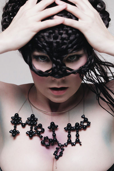 björk-estilo-stylelook-vanguardista-cantante-singer-music-musica-modaddiction-culture-cultura-fotografia-photography-diseno-design-moda-fashion-trends-tendencias-8