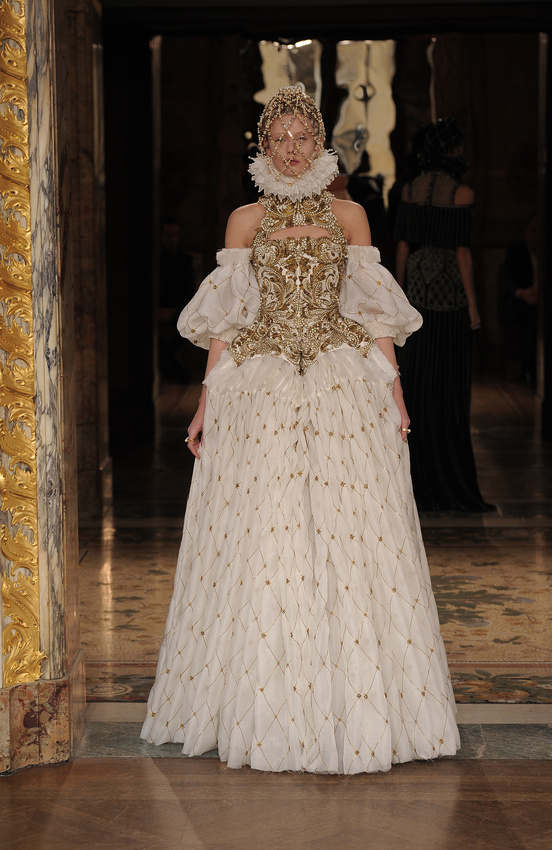 paris-fashion-week-35-siluestas-mejores-estilos-best-looks-paris-semana-moda-modaddiction-desfile-pasarela-runway-catwalk-trends-tendencias-style-luje-luxe-alexander-mcqueen