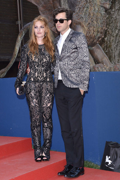 estilo-famosos-style-people-celebs-estrellas-stars-celebrities-modaddiction-chic-casual-moda-fashion-look-cine-cinema-cantante-actor-Joséphine de La Baume + Mark Ronson
