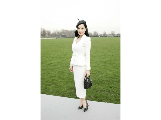 lady-dior-christian-dior-it-bag-it-bolso-complemento-accessories-accesorio-handbag-modaddiction-moda-fashion-famosas-star-people-estrellas-trends-tendencias_dita-von-teese