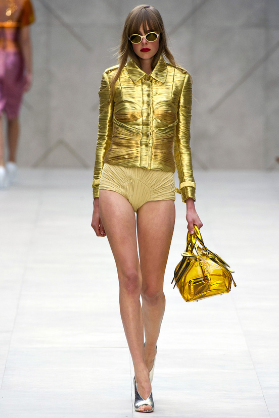 tendencia-metalica-metalic-metal-trends-primavera-verano-2013-spring-summer-2013-modaddiction-fashion-week-semana-moda-design-diseno-oro-gold-plata-burberry-prorsum