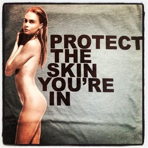cara-delevingne-marc-jacobs-protect-your-skin-collection-coleccion-modaddiction-model-modelo-cancer-naked-desnuda-tee-shirt-camiseta-it-girl-moda-fashion-1