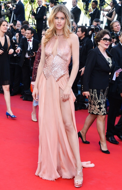 festival-cannes-cine-cinema-moda-fashion-glamour-modaddiction-star-estrella-people-moda-fashion-red-carpet-alfombra-roja-culture-cultura-doutzen-kroes-atelier-versace-1
