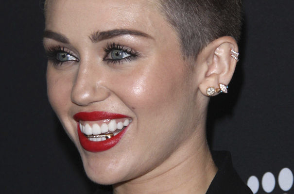 tendencia-grillz-pop-music-moda-rap-fashion-modaddiction-red-carpet-alfombra-roja-artist-artista-miley-cyrus
