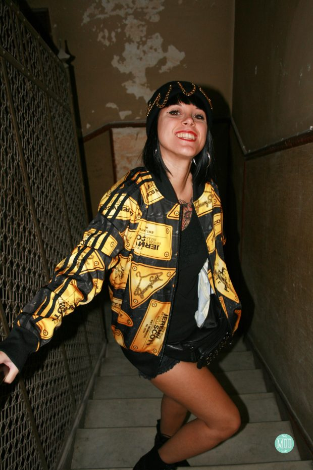 looks-jehni-botas-tachuelas-abrigo-leopardo-camiseta-mensaje-tendencia-rollup-jeans-chaqueta-piel-pinchos-beanies-gorros-modaddiction-22