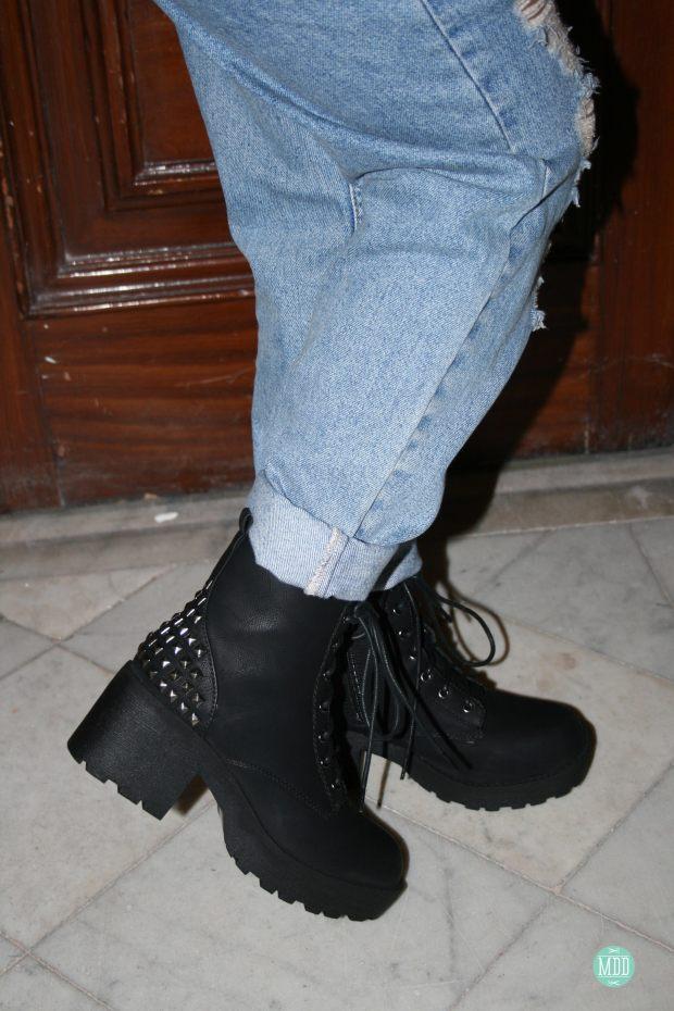 looks-jehni-botas-tachuelas-abrigo-leopardo-camiseta-mensaje-tendencia-rollup-jeans-chaqueta-piel-pinchos-beanies-gorros-modaddiction-4