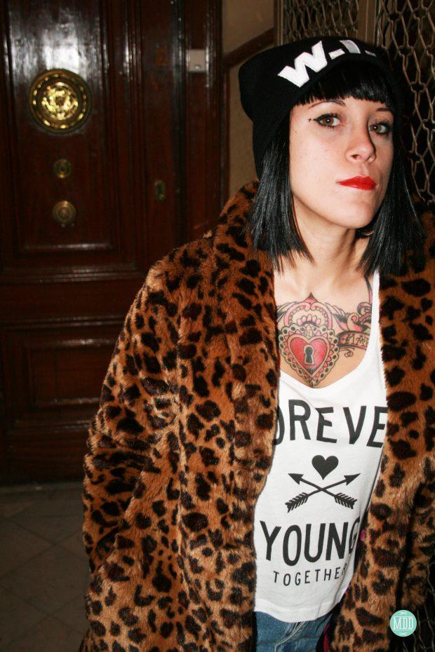 looks-jehni-botas-tachuelas-abrigo-leopardo-camiseta-mensaje-tendencia-rollup-jeans-chaqueta-piel-pinchos-beanies-gorros-modaddiction-6