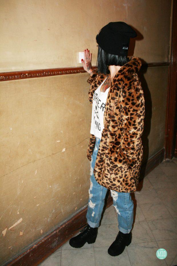 looks-jehni-botas-tachuelas-abrigo-leopardo-camiseta-mensaje-tendencia-rollup-jeans-chaqueta-piel-pinchos-beanies-gorros-modaddiction-7