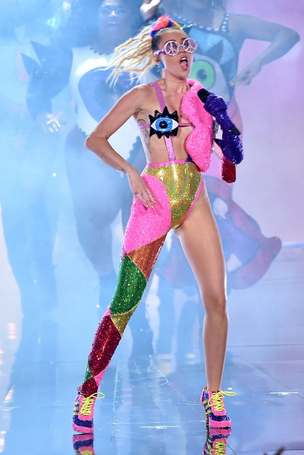miley-cyrus-mtv-video-music-awards-2015-looks-blog-modaddiction-2